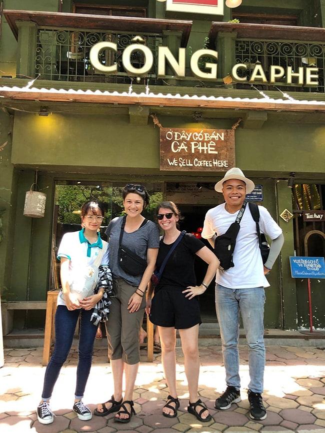 Học viên Edutrip dẫn tour cho khách nước ngoài.
